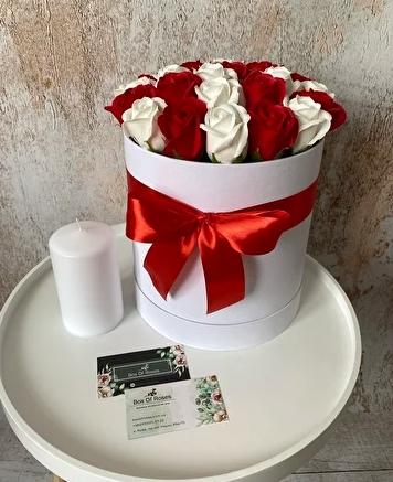 Букеты из мыльных роз в шляпной коробке