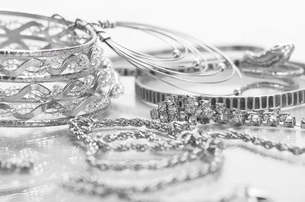 Где можно выгодно и удобно купить ювелирные украшения из серебра 925 с золотом?