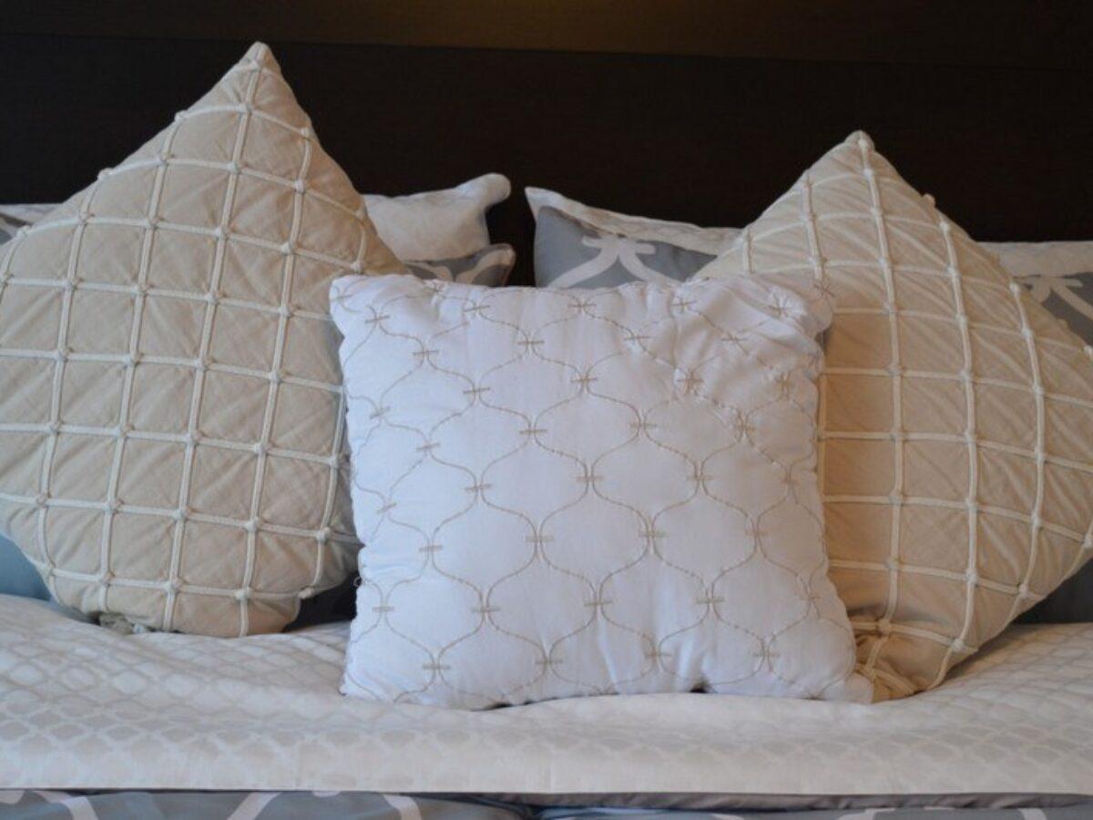 Можно ли стирать декоративные подушки с холлофайбером в стиральной машине
